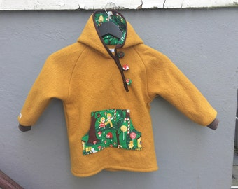 """Mustard yellow wool anorak with pocket and hood in """"Hansel and Gretel"""" print, size 110 / 5 years"""