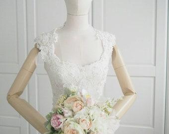 1970s sleevesless queen anne neckline wedding dress