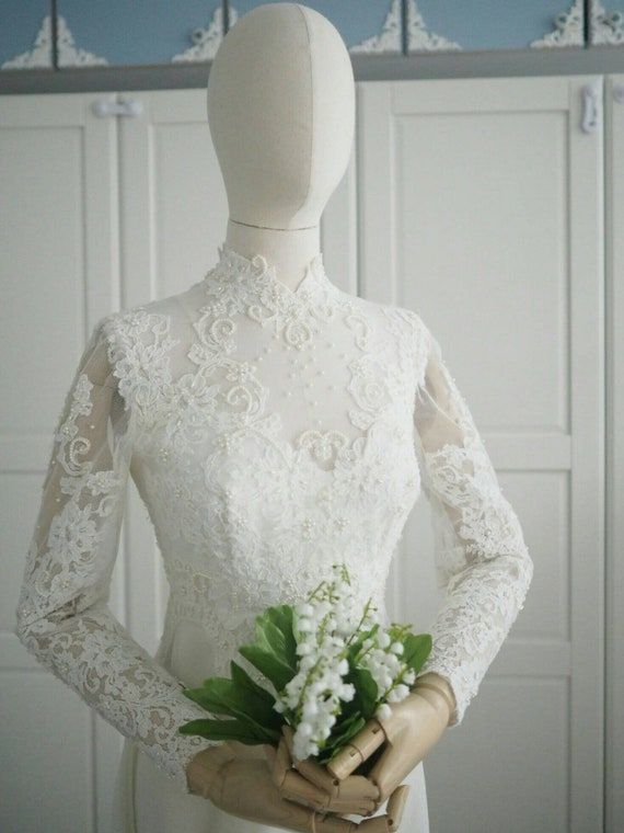 Vintage long sleeves wedding dress with splendid lace and beading
