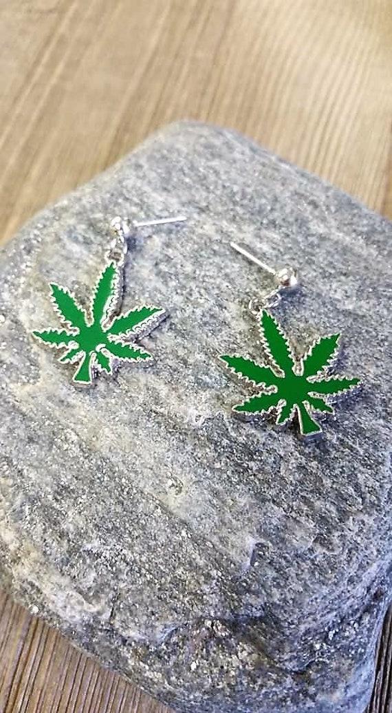 Stoners Marijuana Bud Leaf Design Glass Heart Weed Smokers Pendant Necklace