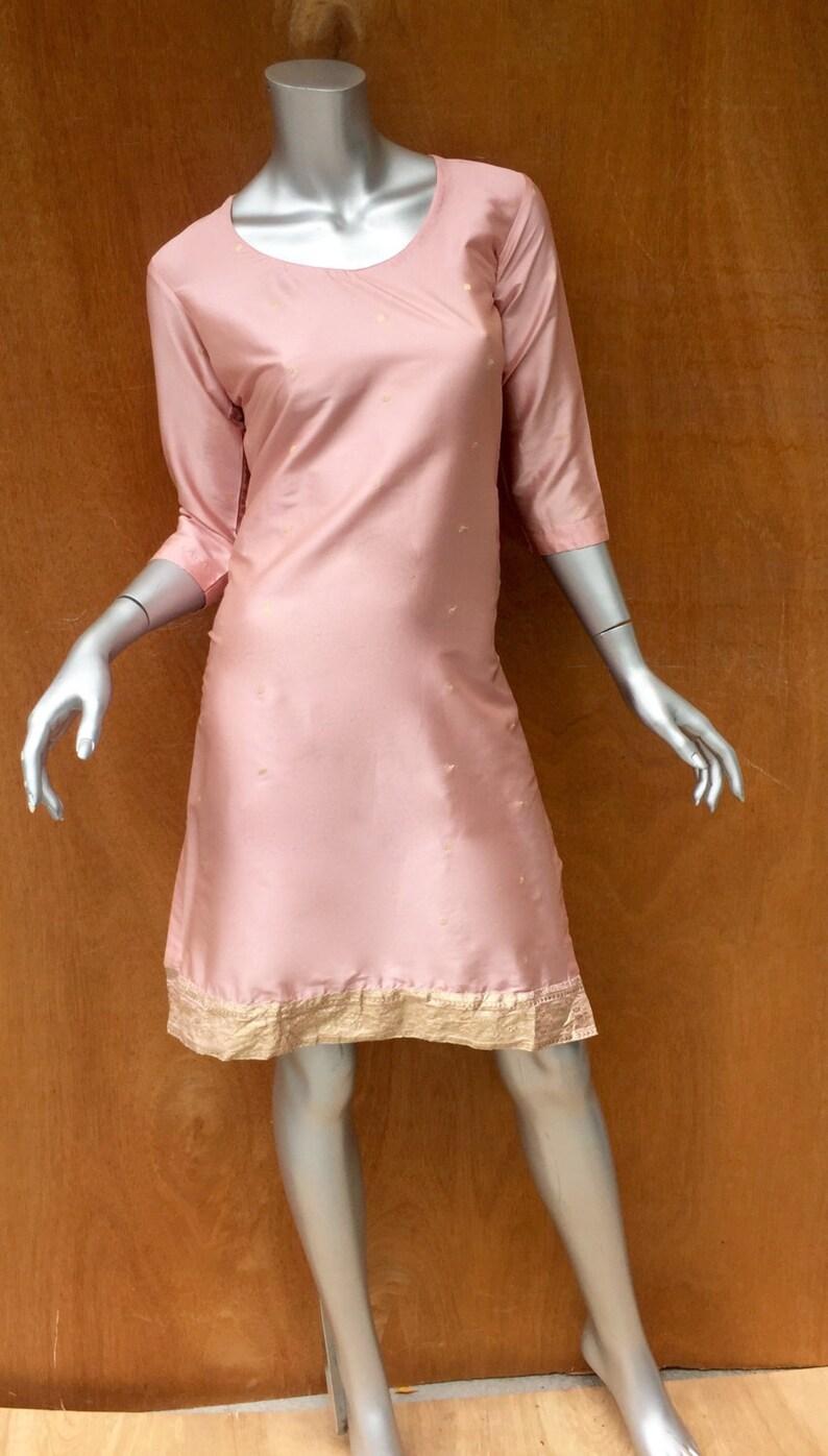 competitive price df223 fed69 Abito camicia di seta rosa cipria, caftano, India, indiano, cocktail,  dettagli in oro, tunica, spacco laterale, 3/4 di lunghezza, lunghezza al ...
