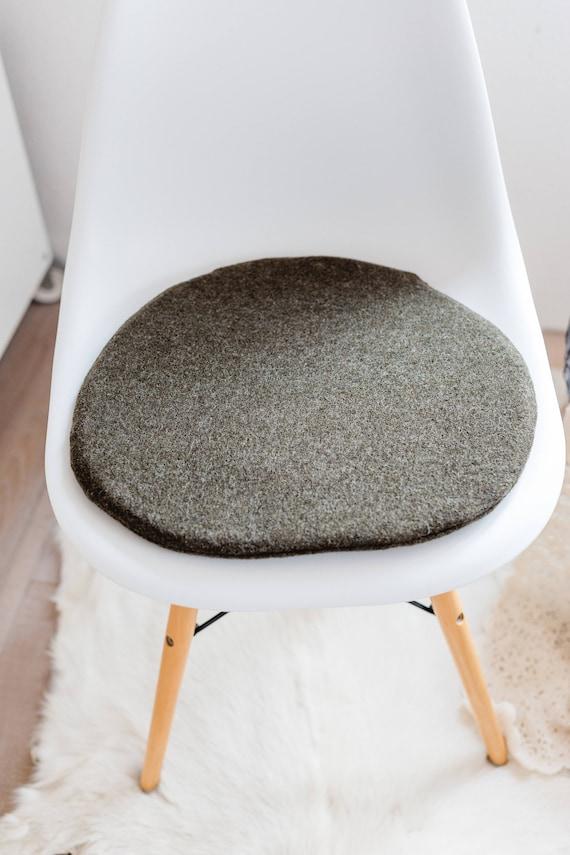 Hnliche artikel wie stuhlkissen f r eames chair in for Stuhlkissen mit schleife fur rattanstuhle
