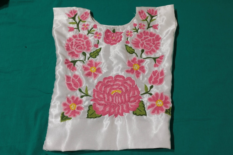 822c0eb224 Huipil de niña tehuanita  blusa con flores bordadas a mano de