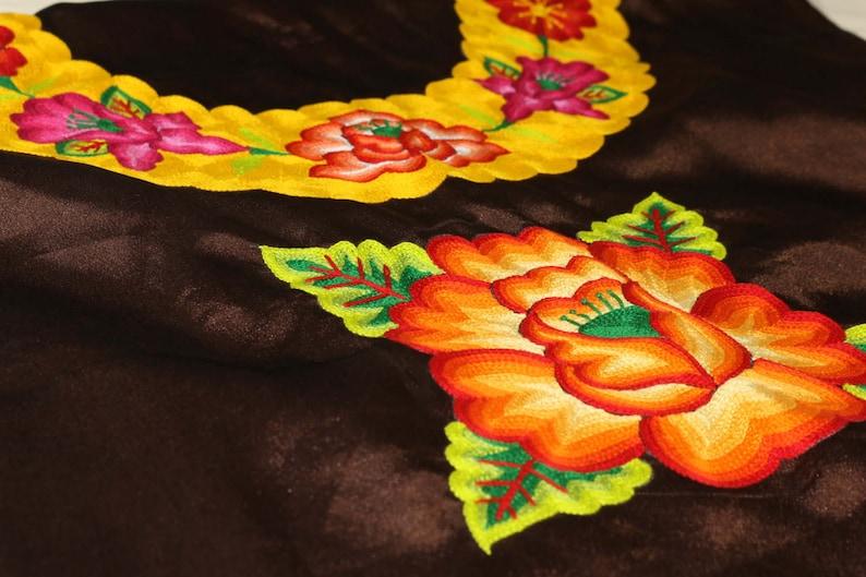 mujeres y muxes zapotecas de Oaxaca blusa que visten las TEHUANAS del sur de Mexico Blusa mexicana de TEHUANA flor rellenas tejida a mano