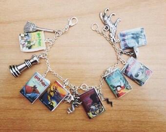 Bracelet multicharme dedicated to the saga Harry Potter .