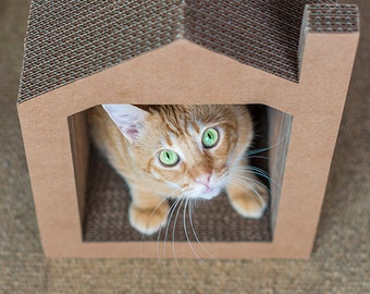Casa grande rascador hecha de cartón para gatos