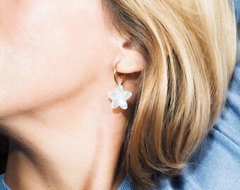 b87ba662442d Pendientes aro colgante flor de nácar · Madreperla · Aros bañados en oro  24k · Aretes criollas tendencia colgante perla · Aros con charm