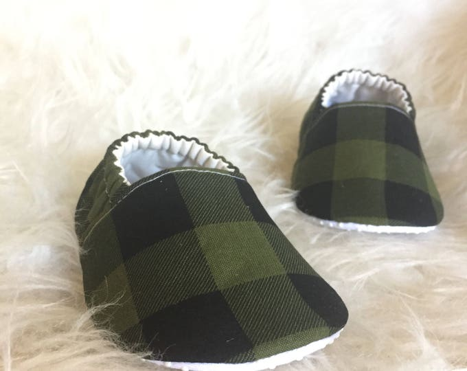 Baby Moccs: Green Buffalo Plaid / Baby Shoes / Baby Moccasins / Childrens Indoor Shoes / Vegan Moccs / Soft Soled Shoes / Montessori Shoes