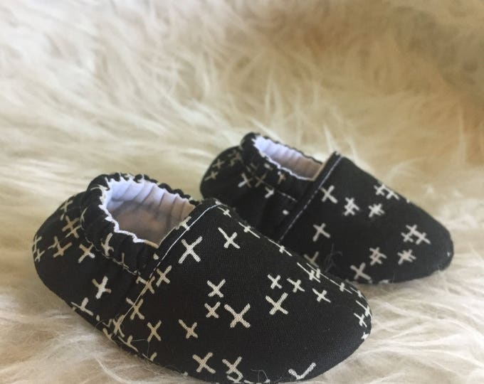 Black and White Moccs, Soft Sole Shoes, Baby Shoes, Toddler Shoes, Moccasins, Slippers, Vegan, Montessori