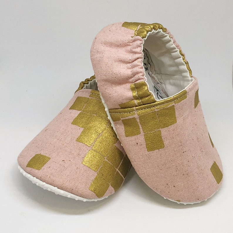 4e1ba2b33132b Pink soft sole baby shoes - Baby shower gift - Toddler shoes - Moccasins -  Baby slippers - Baby's first shoes - Metallic crib shoes
