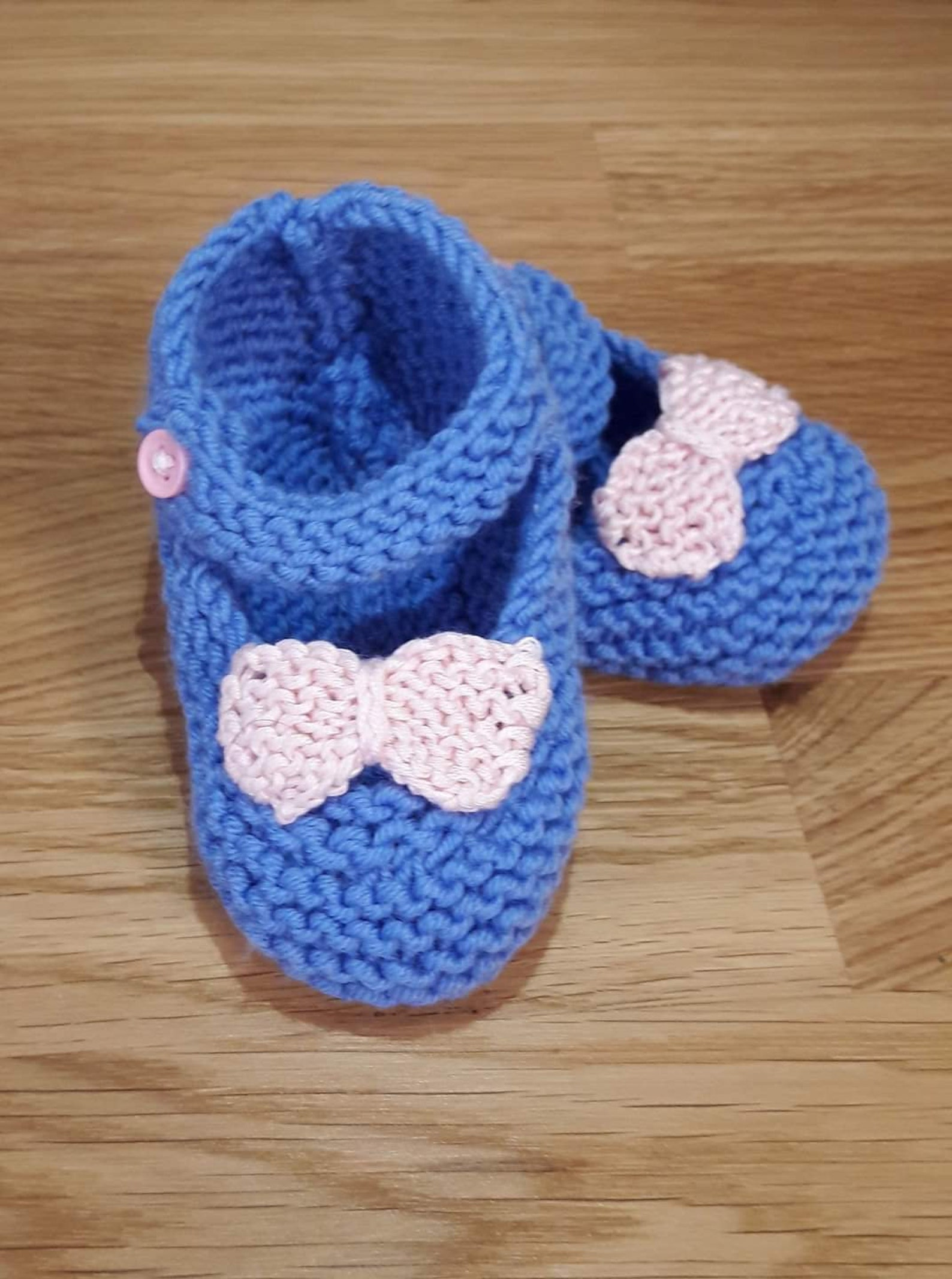 knitted baby booties, handmade baby girl ballet slippers in blue with pink bow, with strap and pink plastic button, gift idea, b