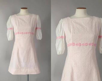 Vintage 1960s vintage pale pink eyelet mod mini dress with daisy trim / 60s dress / small S