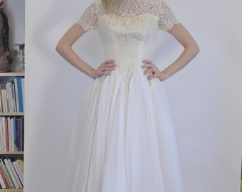 Princess lace and tulle wedding dress with short sleeves vtg 1960s