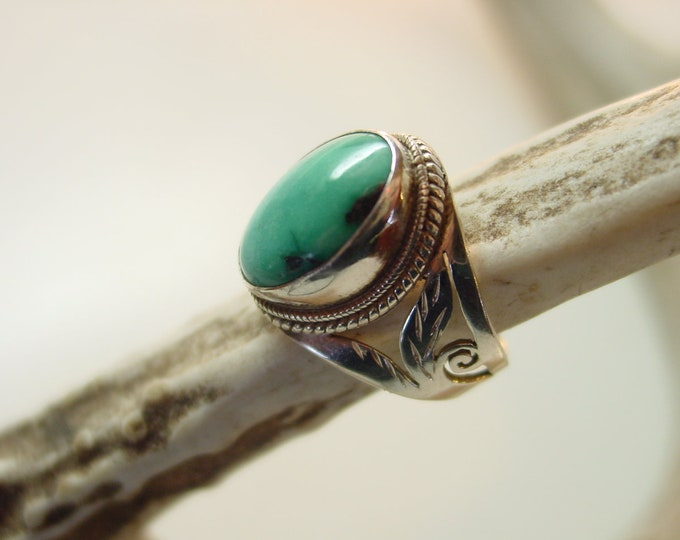 VINTAGE SOUTHWEST - Turquoise & Sterling Ring - Ocean Blue Green Stone - Double Chain Wrap - Leaf and Scroll Cut Band - Size 6 1/4
