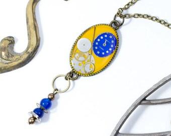 """Colgante amarillo mostaza y azul """"Oldies"""" con partes de relojes y un toque vintage"""