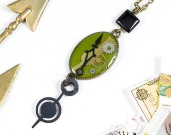 """Colgante verde caqui """"Oldies"""" con partes de relojes y un toque vintage"""