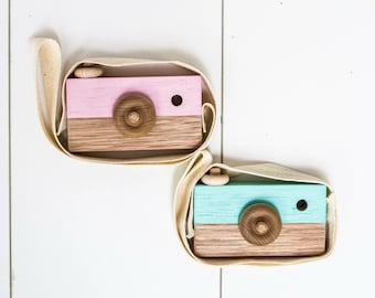 Play wooden childrens camera with strap and spinning knobs