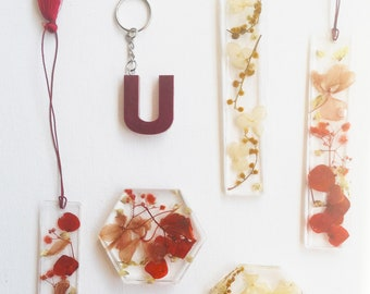 Resin pieces with dried flowers - Fridge magnet - bookmark - handmade and marked on gold vinyl, ideal for gifts