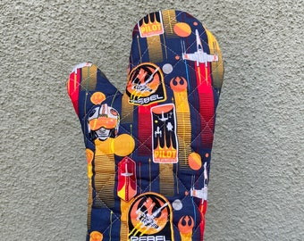 Oven mitt made with sci fi rebel fabric