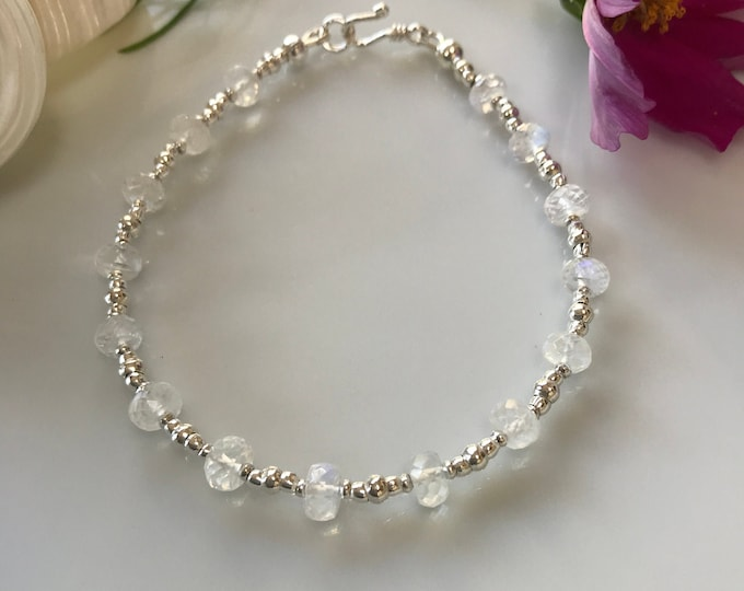 Bracelet in white labradorite and hilltribe silver