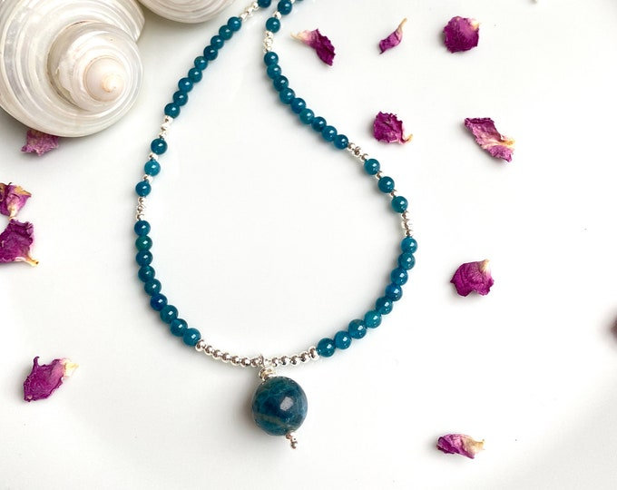 Short necklace in apatite blue with pendant