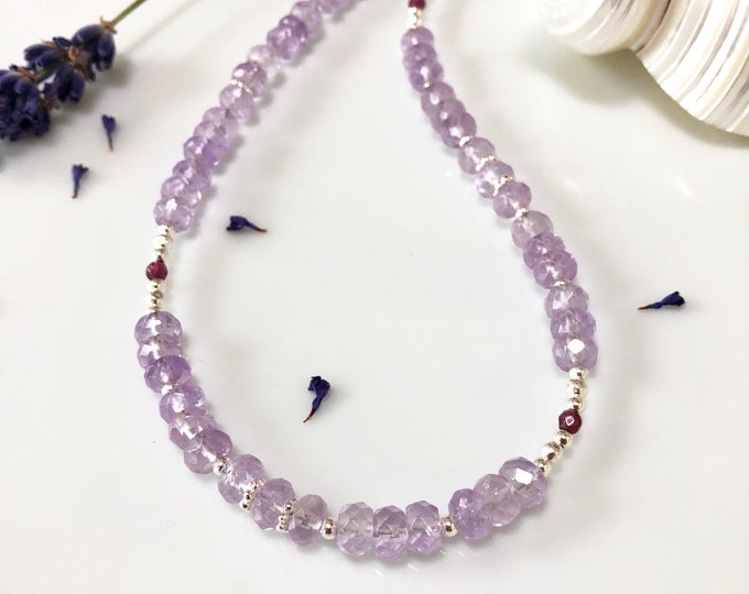 Collier in amethyst bright, faceted, decorated with silver and small garnet beads