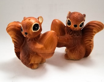 1950s Vintage Squirrel Salt and Pepper Shakers, Japan Anthropomorphic Animals, Woodland Nursery Home Decor, Squirrel Figurines with Acorns