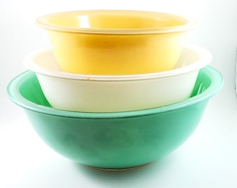 Set of Three Pyrex Clear Bottom Vintage Bowls, 3 Piece Set in Mint, White and Pale Yellow