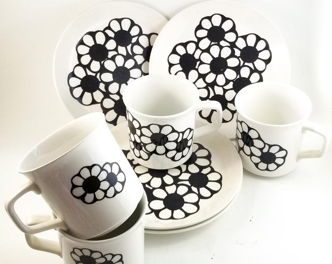 Vintage (1960s) Johnson Brothers Cordova salad or side plate + 4 Mugs Groovy black-and-white daisies in center. Rare find.