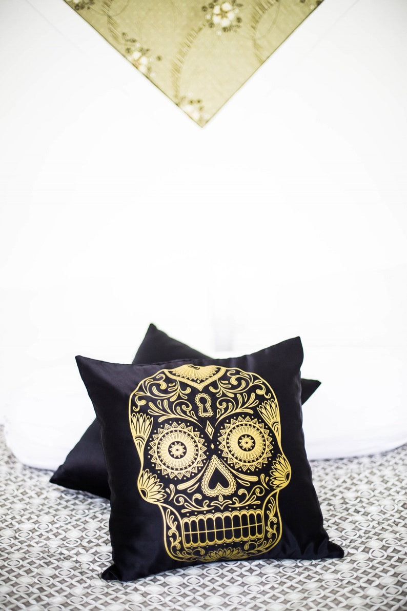 Gold Skull  Decorative Pillow Case Throw Cushion Cover image 0