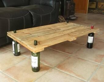 Table Basse En Bois De Palette Clair. Stockage Pour Bouteilles De Vin.