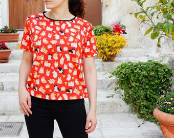 Ludo Top -  Short-sleeved red blouse with contrasting pom pom trimming, corgi and pizza print