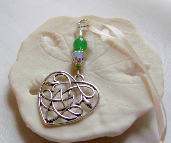 Irish wedding favors - knot heart charm - green spring guest gifts - love is forever - bridesmaids - Celtic - shamrock memento - set of 10