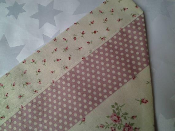 Chien bandana pour un collier, à coordonner deux rose tissus patchwork spot, cocher, fleurs d'un rose Uni sur l'envers