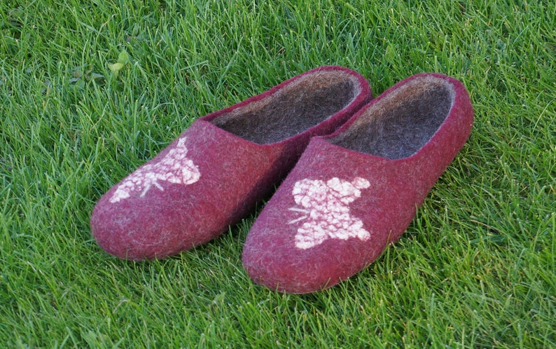 6ef842f3737a3 Women felt slippers Felt slippers Women slippers Women clogs Wool clogs  Hausschue Butterfly