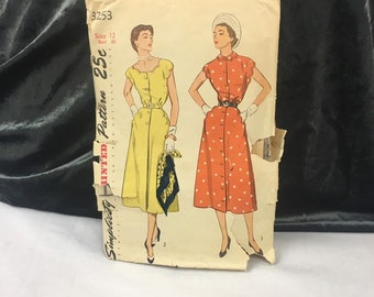 1953 vintage dress pattern, Simplicity 3253 makes a one piece dress in 2 styles with scalloped accents, Size 12 Bust 30, Waist 25