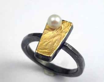 Classy rough surface gold silver ring with pearl, the silver is oxidized (black).