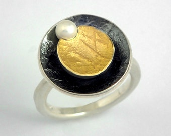 Modern circular gold and oxidized silver ring decorated with a pearl and textured golden surface, Mixed metal ring, Geometric ring