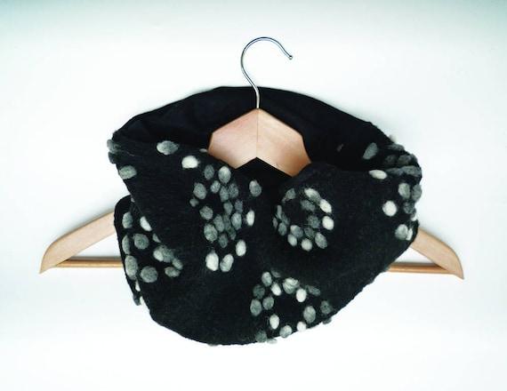 e4f3b6ab4ac5 snood écharpe femme noir laine à pois blanc et gris   Etsy