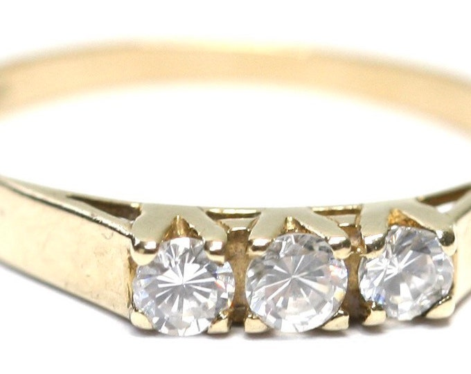 Lovely vintage 9ct yellow gold Cubic Zirconia trilogy ring - hallmarked London 1988