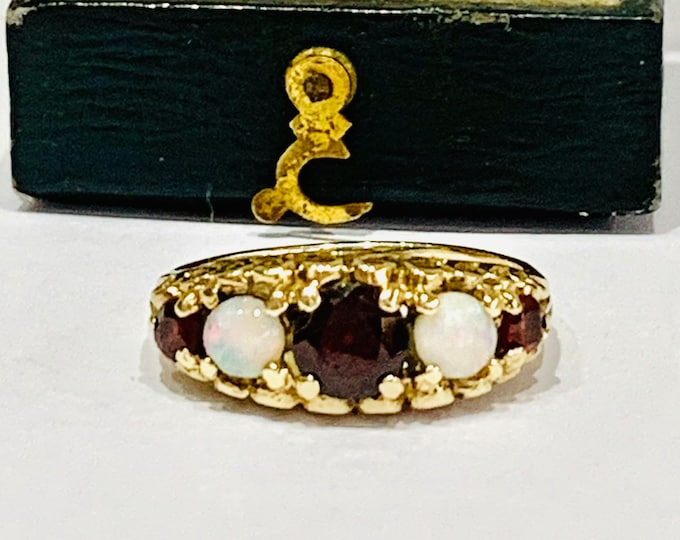 Stunning vintage 9ct yellow gold Garnet and Opal dress ring - hallmarked London 1979 - size L / 5.5