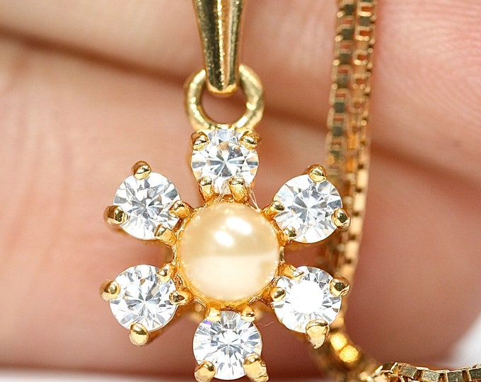 Beautifully sparkling vintage 9ct gold White Sapphire & Pearl pendant with a 16 inch box chain - hallmarked London 1985