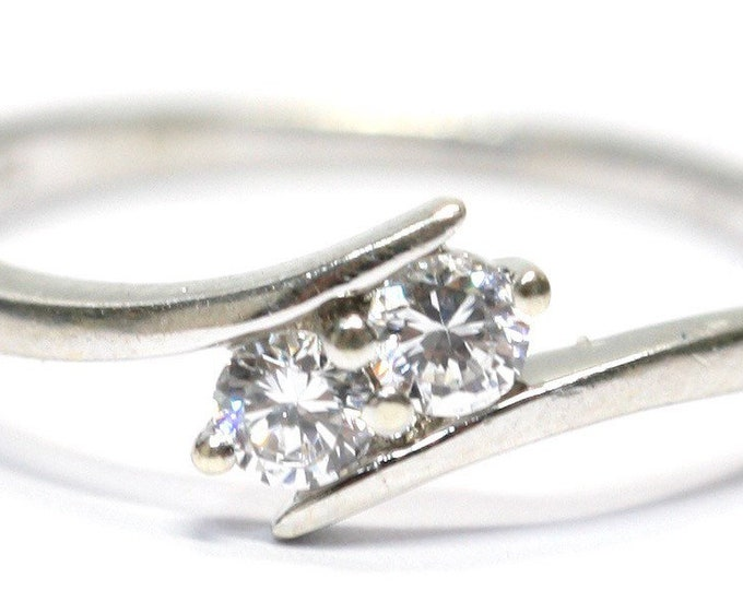 Sparkling vintage 9ct white gold Cubic Zirconia cross over ring - fully hallmarked - size N or US 6 1/2