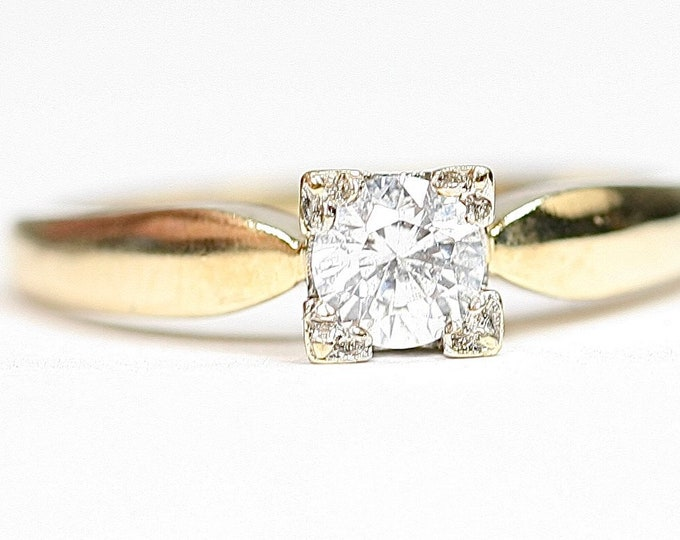 Sparkling vintage 9ct yellow gold Cubic Zirconia solitaire ring - fully hallmarked - size M or US 6