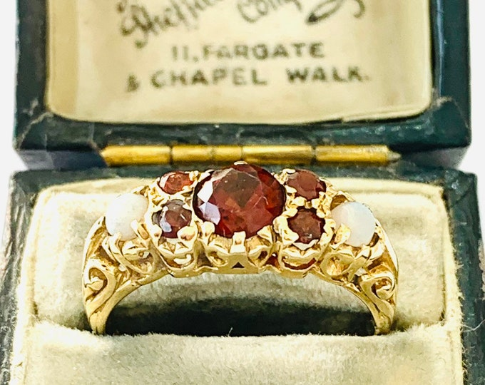 Stunning vintage 9ct yellow gold Garnet and Opal ring - hallmarked - size Q - 8