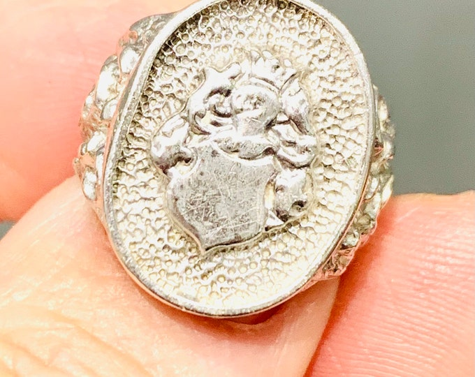 Superb vintage sterling silver signet ring with coat of arms - hallmarked London 1975 - size O or US 7