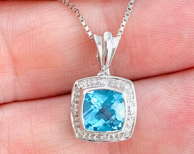 Beautifully sparkling 9ct white gold Blue Topaz and Diamond 18 inch necklace - fully hallmarked