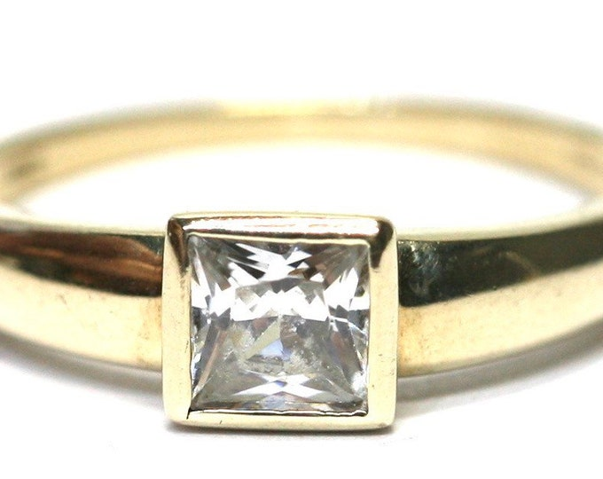 Stunning vintage 9ct yellow gold Cubic Zirconia ring - fully hallmarked - size Q 1/2 it US 8 1/4
