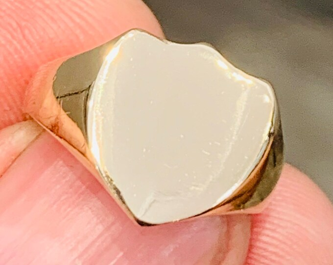 Superb heavy small fitting antique 9ct gold shield shaped signet or pinky ring - hallmarked Birmingham 1915 - size J or US 4 3/4