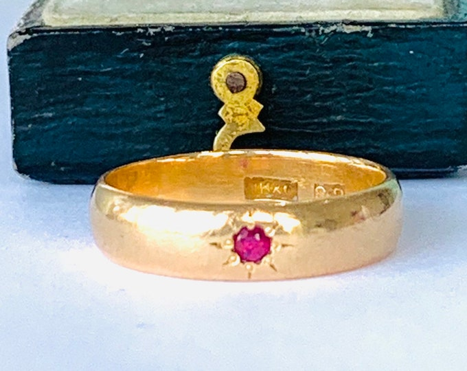 Stunning antique 22ct wedding ring with star set ruby - circa 1920 - size R - 8 1/2